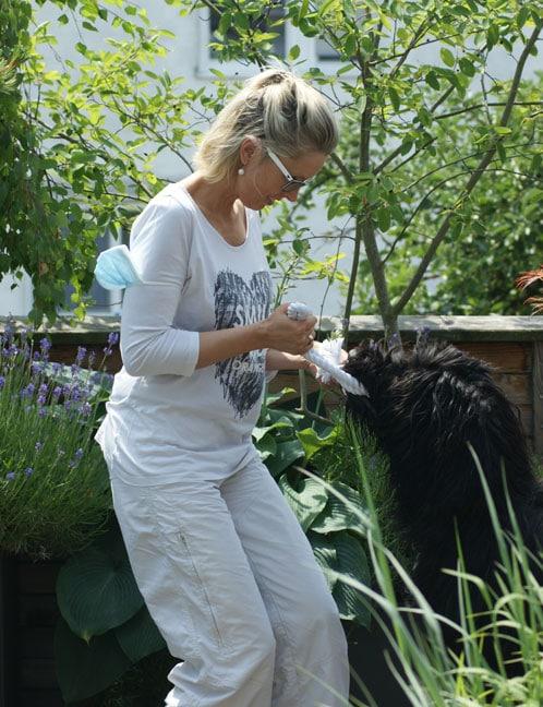 Dr. Pia Österle testet die Beisskraft