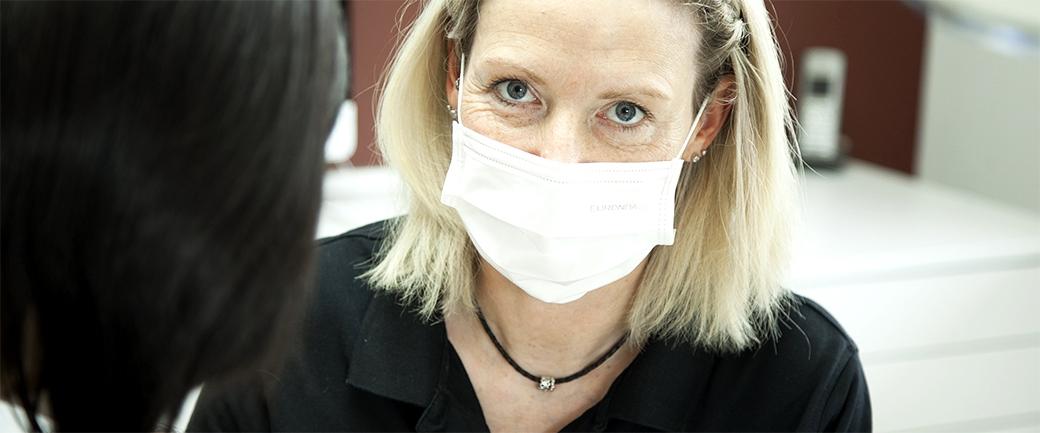 Petra Wagner bei der Behandlung